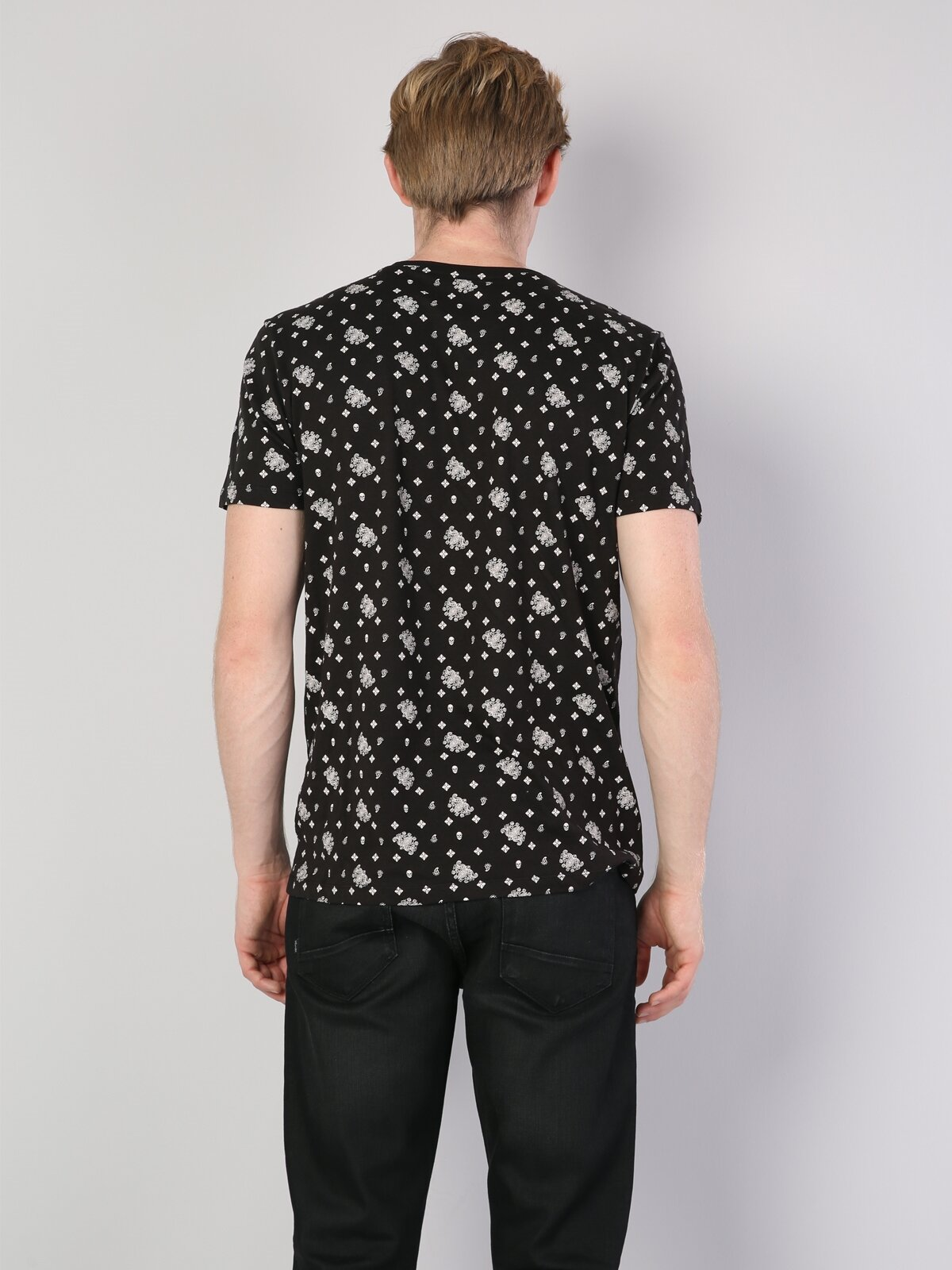 Siyah Yuvarlak Yaka Erkek Kısa Kol Tişört